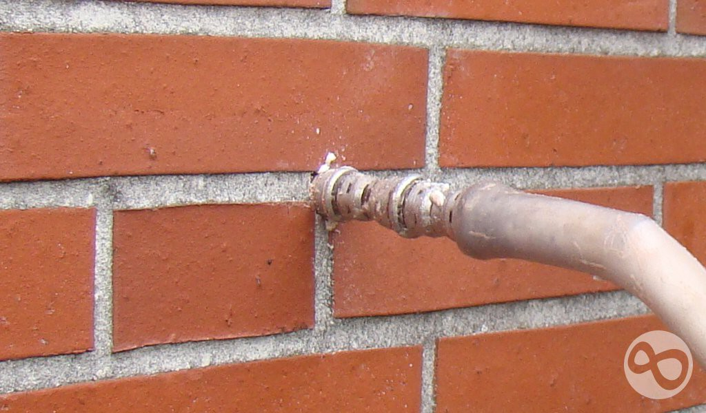 Der Dämmschaum wird mit leichtem Druck in die Hohlschicht eingelassen.